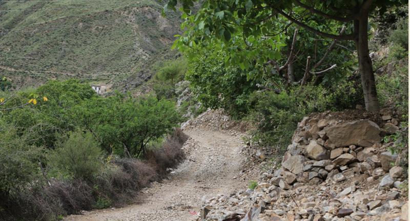 山路则多为地方乡村道路,十分崎岖,基本是土路,车辆勉强能通行,遇雨雪